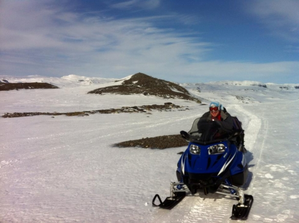 Adam at the helm of the snow scooter, headed to Midtdalsbreen.